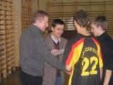 Roman Lefek - Prezes Zarządu UKS oraz Marek Mazur - Radny Rady Powiatu Kieleckiego wręczają dyplom najlepszemu bramkarzowi turnieju piłkarskiego.